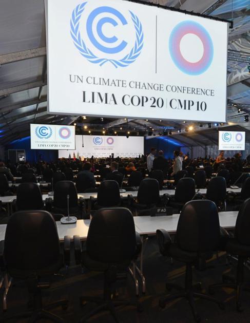 Imagen del plenario de la Cumbre del Clima de Lima durante las...