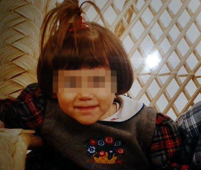 R., de pequeña en la foto, acaba de cumplir 18 años protegida en un...