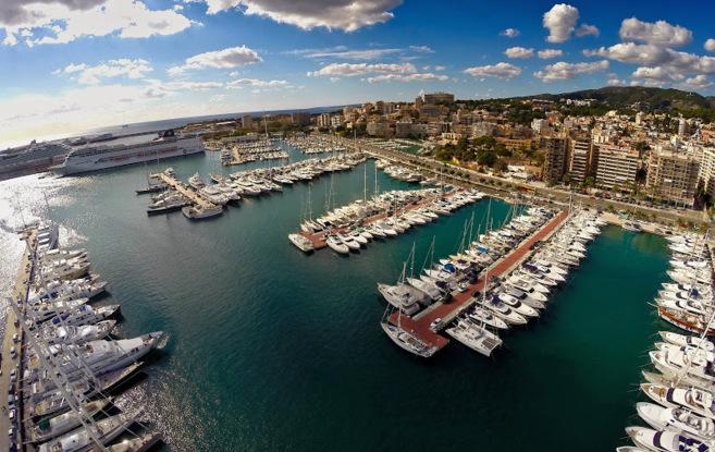 Vista aérea del Club de Mar de Palma con sus barcos.