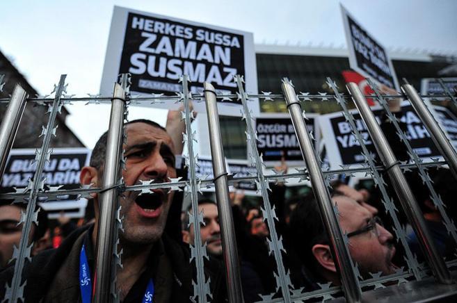 Periodistas y simpatizantes del periódico turco 'Zaman'...
