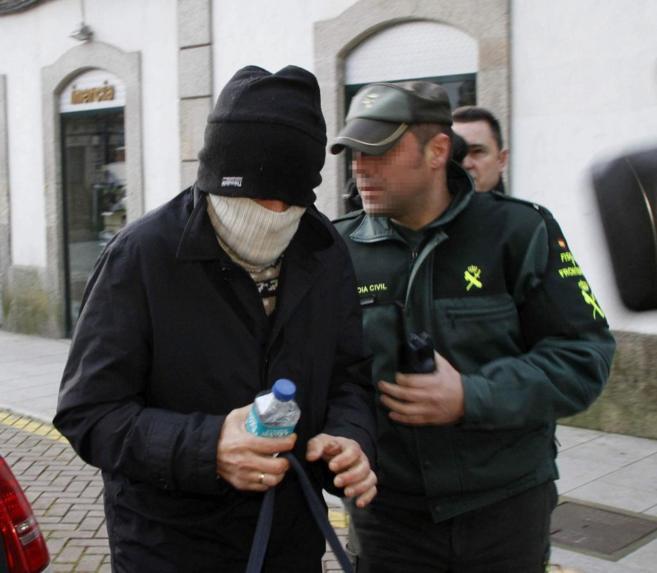 Miguel Rosendo, con el rostro cubierto, a su llegada a los juzgados de...