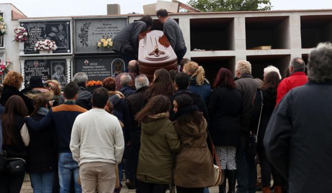 Momento en que el cuerpo de Rafael de Cózar es depositado en el...