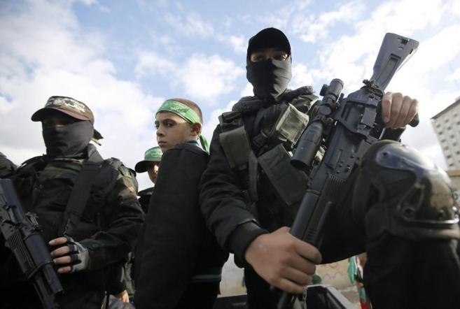 Varios niños durante el desfile de aniversario de Hamas.
