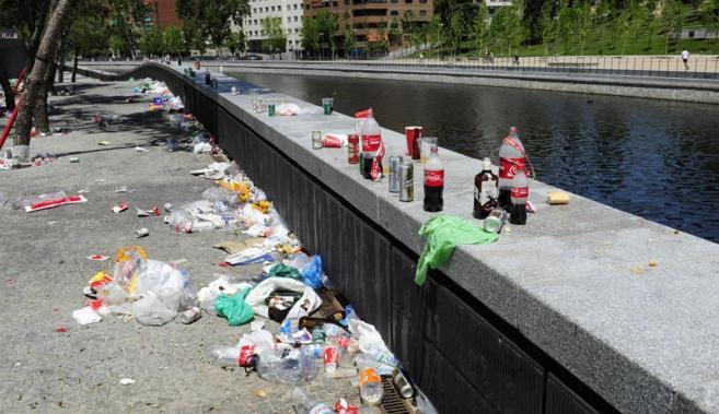 Basura acumulada en Madrid Río tras un evento deportivo en el...