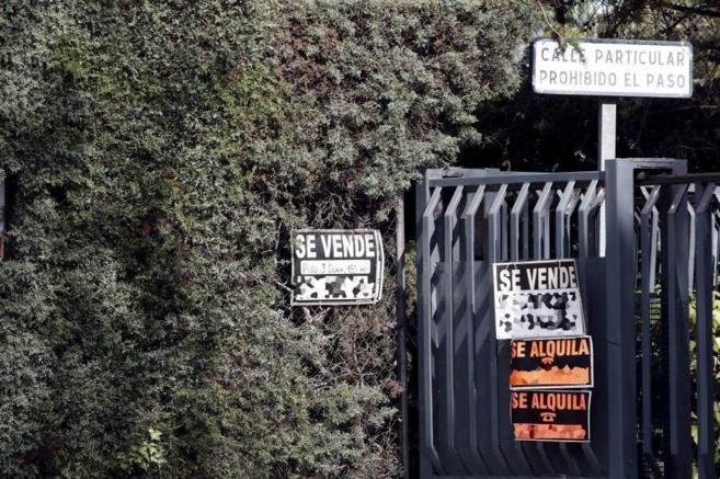 Imagen de archivo de varios carteles de 'Se vende' en la...