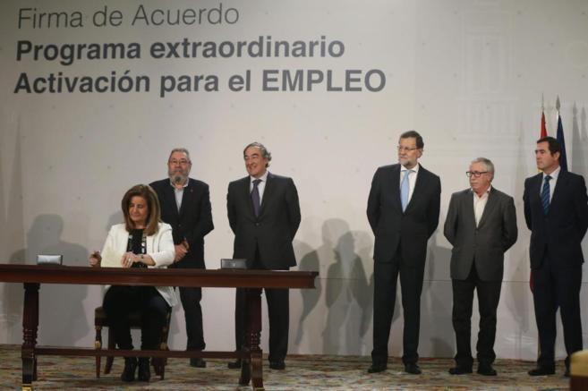 Rajoy, con Fátima Báñez, los líderes de UGT y CCOO y los...