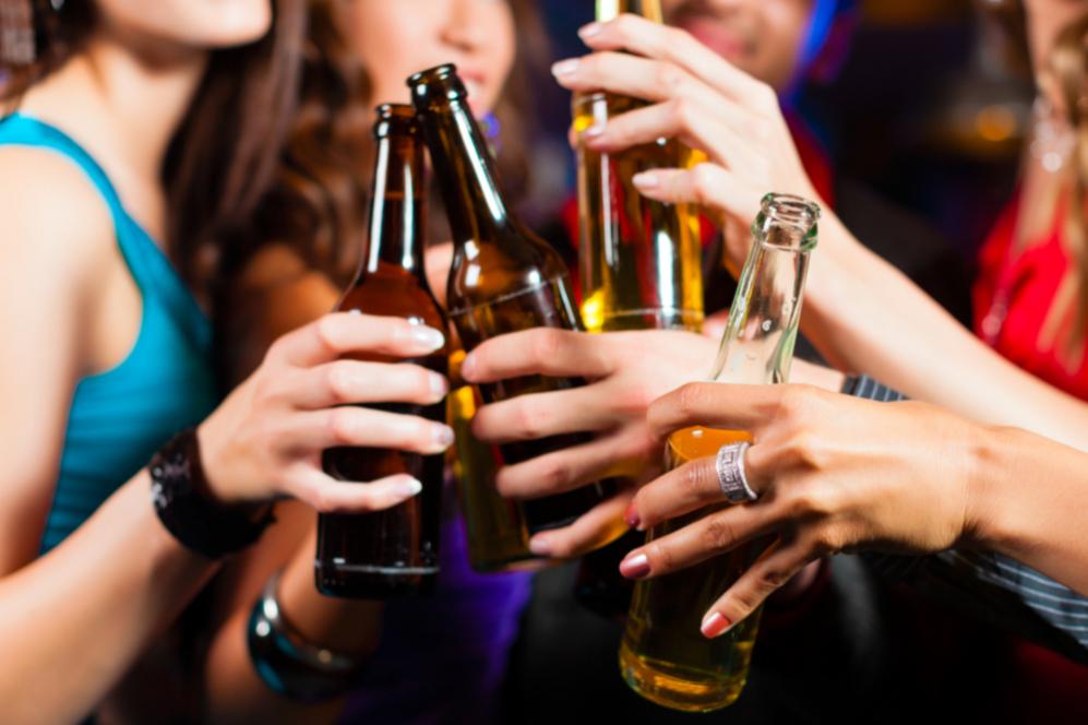 Resultado de imagen para personas tomando alcohol