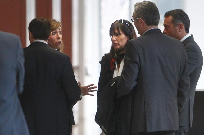 La presidenta del PPC conversa con la ex novia de Jordi Pujol...
