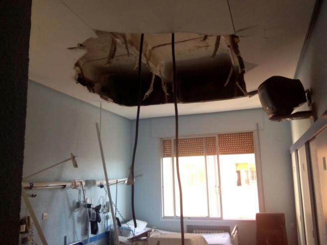 Se desploma el falso techo de una habitación del Hospital Clínico de...