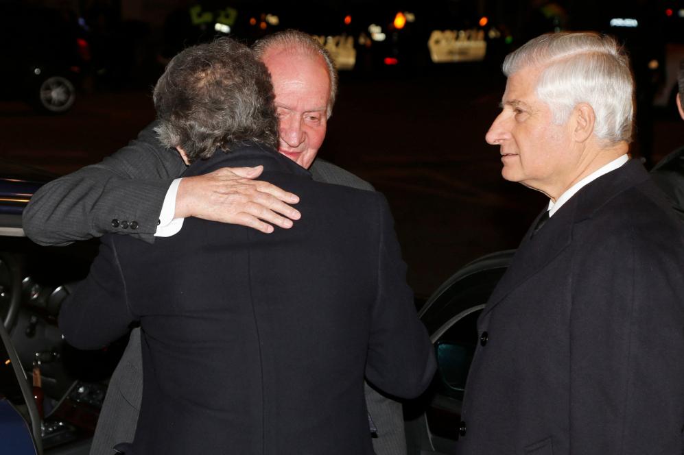 Don Juan Carlos ha abrazado con cariño a Alfonso Díez, ante la...