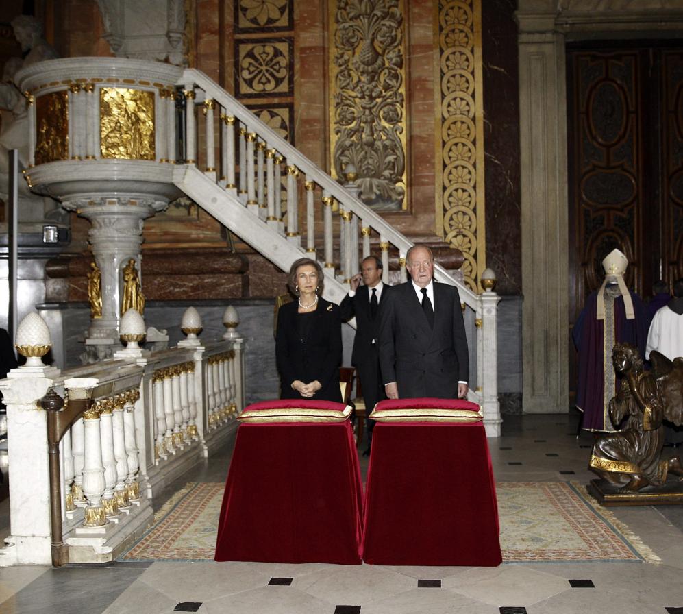 Ya en el interior de la basílica, los Reyes Don Juan Carlos y Doña...