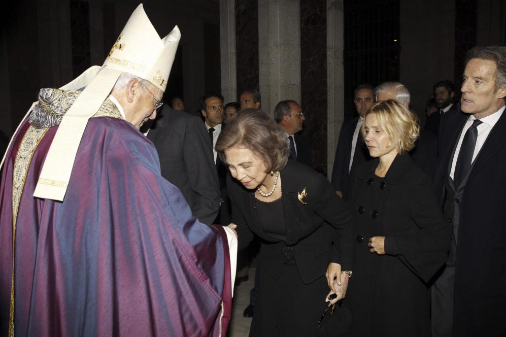 La Reina Sofía junto Eugenia Martínez de Irujo y Alfonso Díez, hija...