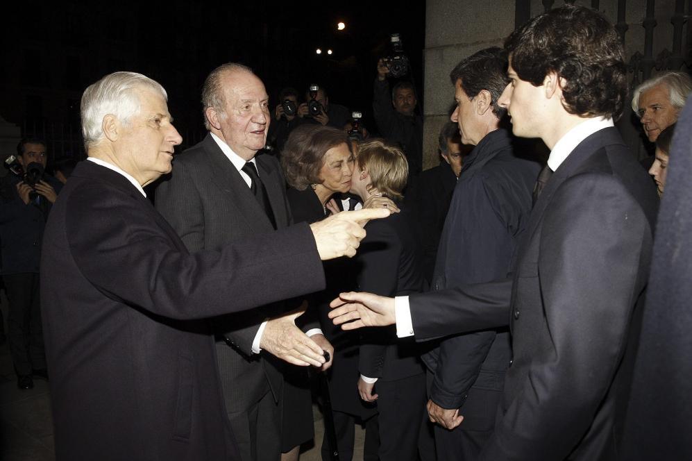 Los Reyes eméritos son recibidos por Carlos Fitz-James Stuart (i), su...