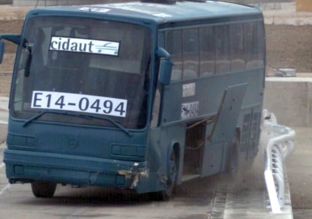 Un autobús tras chocar contra la barrera del Laboratorio de Seguridad...