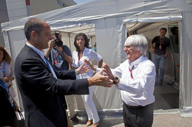 Francisco Camps y Bernie Ecclestone se saludan efusivamente en la...