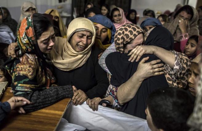 Mujeres lloran ante el cuerpo de Mohammed Ali Khan, muerto en el...