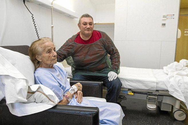 La paciente, María López, en su habitación del hospital de Dénia,...