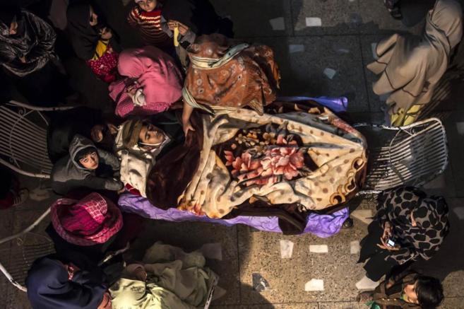 Los familiares de Osama Taher, uno de los estudiantes muertos, se...