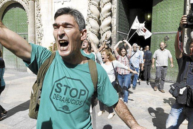 Un manifestante de 'Stop Desahucios' en una concentración.