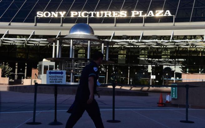 Un agente de seguridad camina frente a la puerta del Sony Pictures...