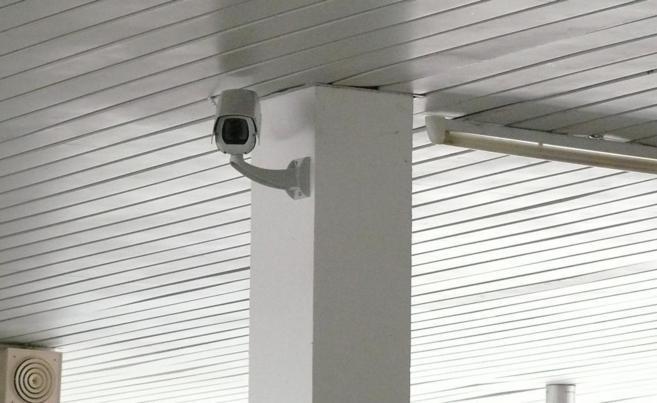 Una cámara de seguridad instalada en un inmueble, en una imagen de...