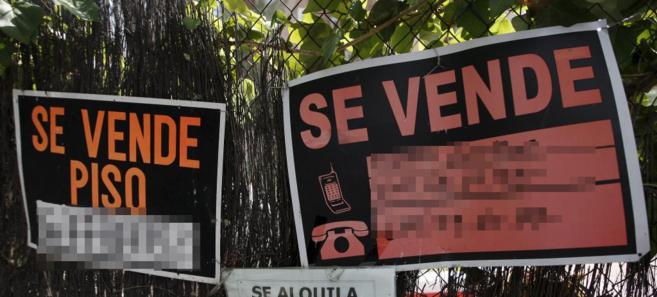 Imagen de carteles que anuncian la venta de propiedades inmobiliarias.