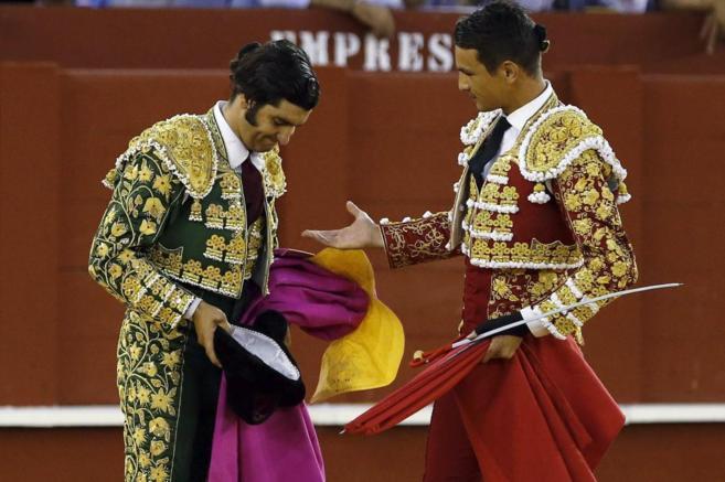 José María Manzanares (d) dedica el sexto toro de la tarde a Morante...