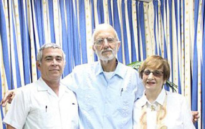 Gross (centro), con la líder de la comunidad judía cubana y un...