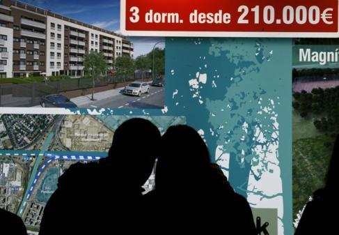 Imagen de archivo de una pareja buscando casa en el Sima.