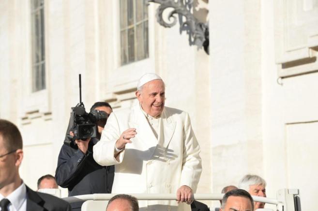 El Papa Francisco saluda a los fieles que le felicitan por su 78º...