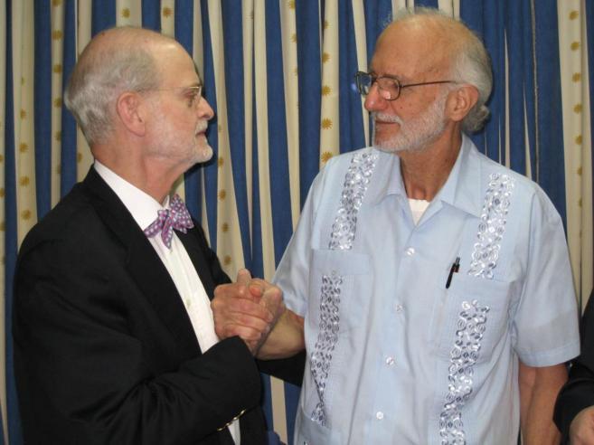 El cooperante Alan Gross posa en 2012 junto al abogado estadounidense...