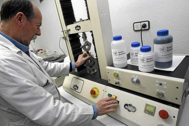 Un investigador de Koper Química, en el laboratorio, con el nuevo...