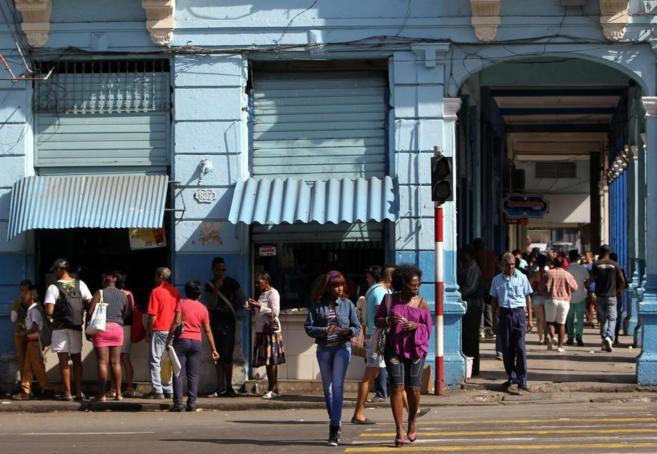 Varias personas en una calle de La Habana.