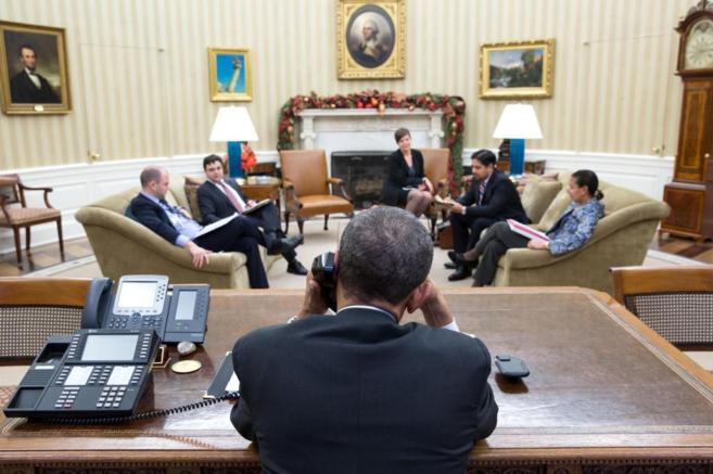 El presidente Obama mantiene una conversación telefónica con Raúl...