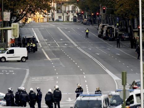 Imagen de la calle Génova cortada, ya amanecida.