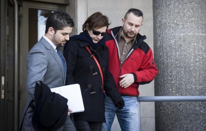 Javier Limón (derecha) y Teresa Romero (centro) salen de los juzgados...