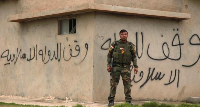 Un 'peshmerga' hace guardia en la localidad iraquí de...