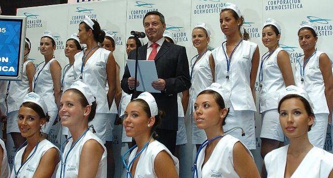 Suescun y 50 modelos vestidas de enfermeras en la salida a Bolsa de...