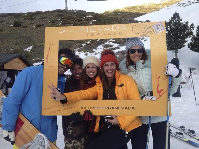 Pastora Soler, junto a su marido y un grupo de amigos en Sierra Nevada...