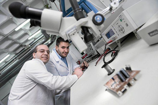 Dos investigadores del centro de I+D de Acciona.