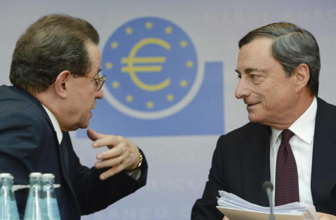 El presidente del BCE, Mario Draghi (d), y el vicepresidente, Vítor...