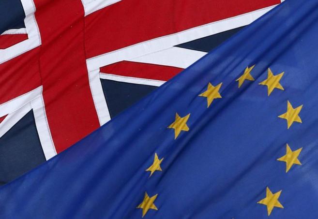 Banderas del Reino Unido y de la Unión Europea, en Londres.