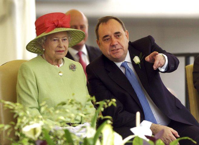 La reina Isabel II y el ex ministro principal de Escocia Alex Salmond...