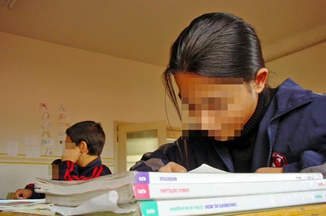 Una niña hace sus tareas en un colegio de Linares.