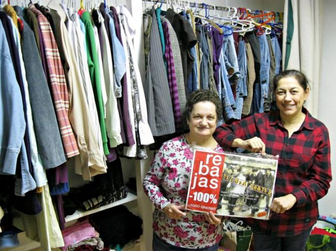Maribel y Belén, voluntarias de la Tienda Gratis.