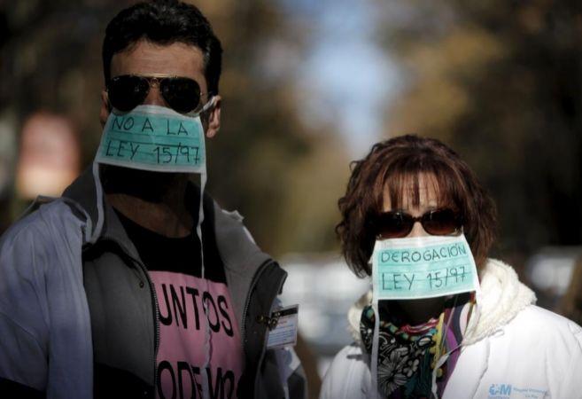 Dos manifestantes durante la protesta de la 'Marea Blanca'...