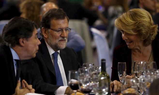 El presidente de la Comunidad de Madrid, Ignacio González, conversa...