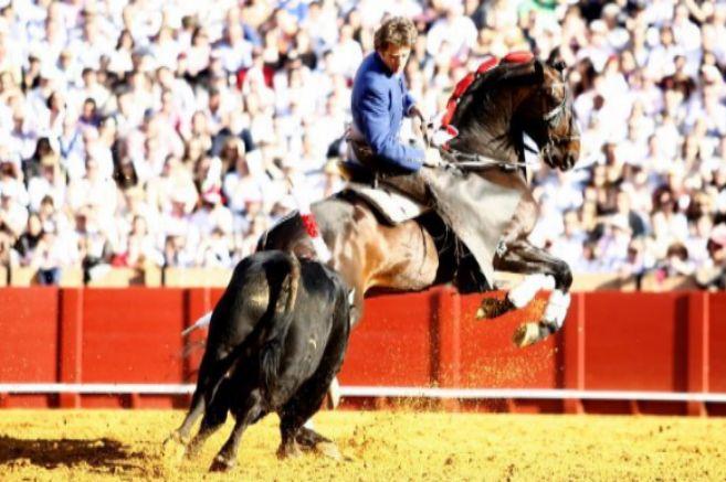 Pablo Hermoso monta a 'Chenel' en Sevilla.