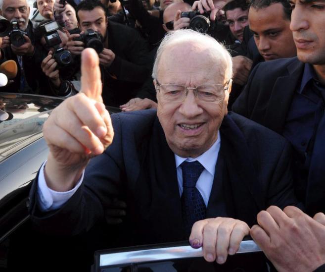 Beji Caid Essebsi, después de emitir su voto para las elecciones...
