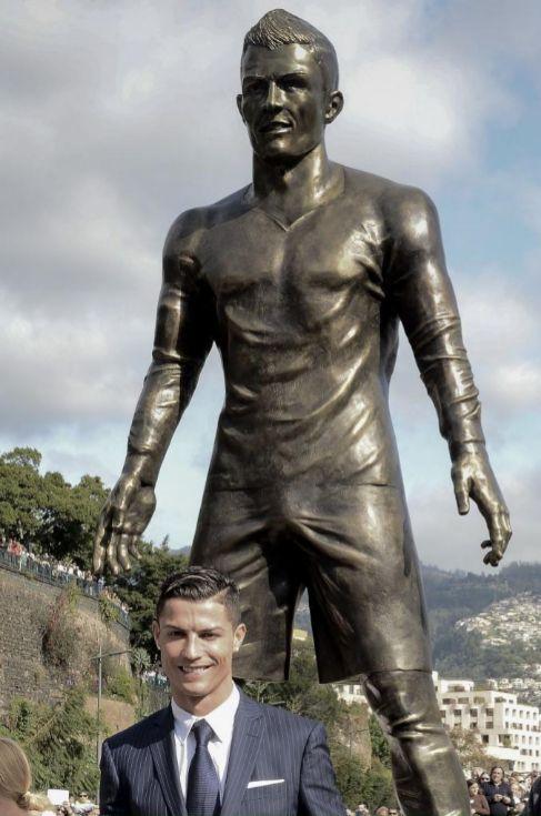 erección estatua hombre desnudo